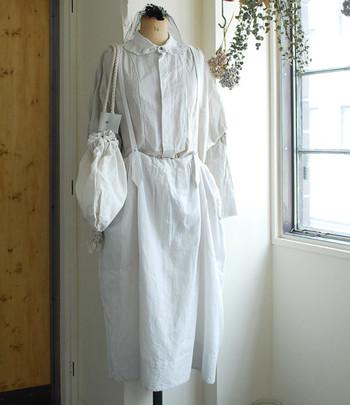 ホワイトを着こなしのベースカラーにする「ホワイトコーデ」。すっきりと爽やかな印象で、おしゃれ感もばっちり。街中でもパッと目を引く、トレンドライクなスタイルです。  お手本の着こなしを参考にしながら、素敵なホワイトコーデのつくり方を覚えましょう!