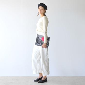 細身のニット×ワイドパンツの王道コーディネート。パンツはくるぶしが見える半端丈を選んで、定番のスタイルに今っぽい抜け感を注入。