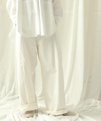 フレッシュな印象が魅力のホワイトコーデ。定番のアイテム合わせも、ホワイトを基調にすることで新鮮な着こなしが完成ます。 ぜひ参考にして、みなさんも軽快&おしゃれなホワイトコーデを楽しみましょう!