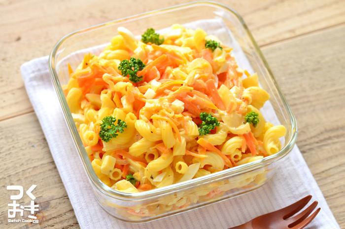 お子さまも大好きなマカロニサラダをお弁当に…。冷やしておいしい定番サラダなので、つくりおきおかずにぴったりですね!たんぱく質も野菜も両方摂れ、食べ応えも抜群。ひと晩置くことで、味が馴染んでより美味しくなります。