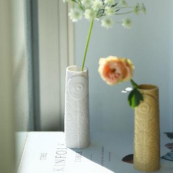 優しさや繊細なこだわりを感じるフラワーベース。グリーンやお花を活けるだけで、その空間はまるでアートのような美しさに。フラワーベースには、ドット模様と一輪の花のデザインが施されていて、いくつか揃えて窓辺に並べるだけでも素敵です。