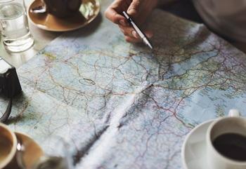 """交通機関をはじめ、宿泊施設やレストランなど、予約が必要な場所はすべて押さえておきましょう。 """"若かりし頃""""の行き当たりばったりの旅には別れを告げて。"""