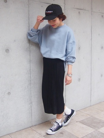 シンプルな黒タイトスカートは、ブルー系の爽やかカラーにもぴったり!キャップやコンバースなどカジュアルなアイテムと合わせて、ちょっとボーイッシュな印象に。