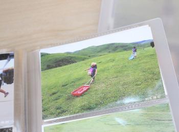自分が撮ったお子さんの写真は、定期的にネットでプリントして、無印良品のポリプロピレンのアルバムに収納。見開きに6枚(片側3枚)と1冊で大量に収納することが出来るんだとか!