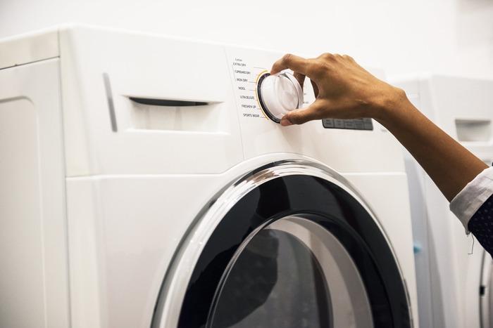 快適な睡眠のためにも、シーツは常に清潔に保っておきたいもの。できるだけ頻繁に洗いたいですが、日本の住宅事情や洗濯の大変さを考えると毎日洗うのは難しいですよね。さまざまな点を考慮して、一般的にシーツの洗濯は週に一回のペースで行うことが推奨されているようです。週に一回だったらシーツの汚れ具合も許容範囲ですし、洗濯する人の負担も少なくすることができますよね。