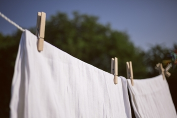肌が直接触れるシーツですから、定期的に洗濯する必要があるのはわかっていても、大きい物なので洗うのはけっこう大変ですよね。この記事では、シーツを洗うときのコツ、洗濯する頻度や干し方についてご紹介していきます。