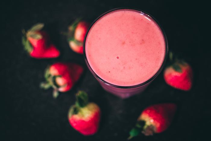 【苺】 現在では一年じゅう店先にならぶようになった果物ですが、本来の旬は春。苺ジュースやミルクを少なめにした苺ミルクは、まさに梅重のような色合い。季節のものをその時季に戴きながら、春を満喫してみてはいかが。