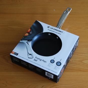 TNSシャローフライパンは、ノンスティック加工(高品質なフッ素加工)が内側にも外側にも施されているので、焦げ付きにくく、しかもお手入れがラク。強度もあり、耐久性にも優れています。また、食器洗浄機で洗えるのもうれしい点です。