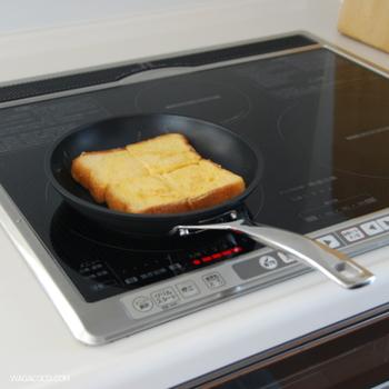 直火はもちろん、IHにも対応。260℃までのオーブン調理にも使え、どんなシーンでも役立ちます。ル・クルーゼのこだわりが詰まった優れものの高品質フライパン。TNS製品はその人間工学に基づいたデザインから、世界のさまざまな賞も受賞しています。※なお、TNSフライパンには深めのタイプもあります。