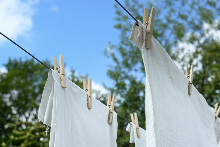 洗濯し終わったシーツは、風通しの良い場所で布同士が重ならないように干します。乾きムラができないように、できるだけピンと張った状態で干すことが大切。直射日光が当たると紫外線で繊維が傷んでしまうので、できれば陰干しがおすすめです。