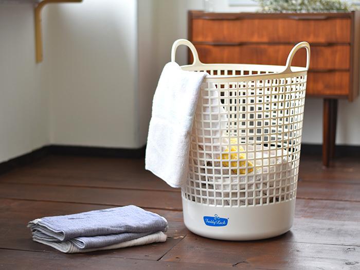 汚れていないように見えるシーツでも、たった一回使っただけでもかなりの量の汗を吸収するものです。通常、人間はひと晩で最低でもコップ一杯分の汗をかくと言われていて、そこにはシミや悪臭の原因となる皮脂も含まれます。そのままの状態で放っておくと、雑菌やダニの温床にもなりかねません。