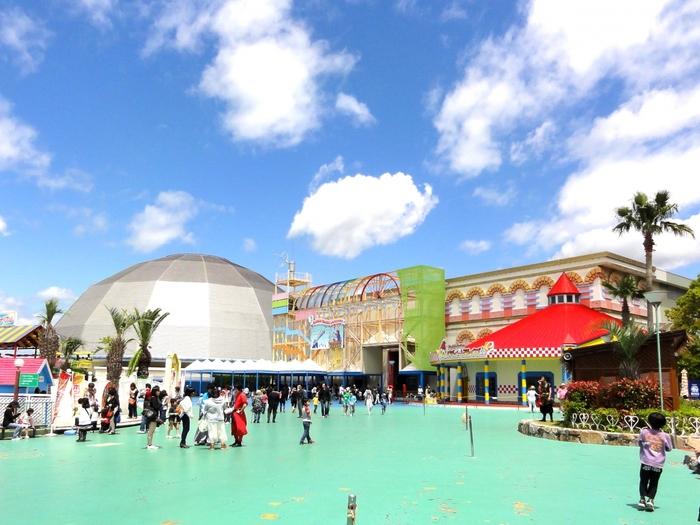 香川県丸亀市にある「ニューレオマワールド」。ジェットコースターや大観覧車などのアトラクションや、3Dプロジェクションマッピング、奇跡のオーロラショーなどエンターテインメントが充実して、大人も子供も一日中楽しめる施設です。