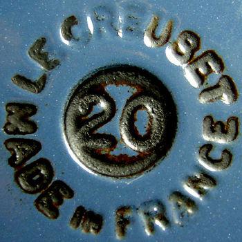 1925年に北フランスの小さな町で創業。「ル・クルーズ」社は、鋳物ホーロー鍋を中心に、フライパンや小物などさまざまなキッチンウェアを手掛ける老舗メーカーとして世界中で愛されています。