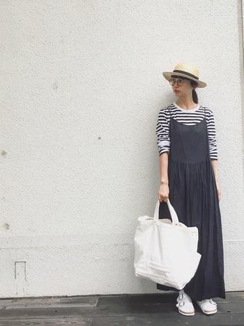 様々なアイテムとの重ね着が楽しめるボーダーTシャツは、ワンピースのインナーにもおすすめです。こちらは軽やかなキャミワンピースと合わせた上品なコーディネート。帽子・メガネ・大き目トートなど、おしゃれな小物使いもポイントです。