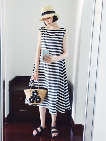 こちらのワンピースは裾に向かって広がる女性らしいシルエットと、太いピッチのボーダーデザインが素敵ですね。かごバッグ・サンダル・帽子などの夏小物を合わせれば、季節感あふれるおしゃれなコーディネートの完成です。