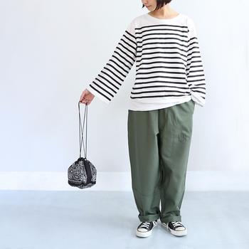こちらのボーダーTシャツは、ワイドスリーブのデザインが大人可愛い雰囲気です。リラックス感のあるルーズなシルエットが、ボーダー×パンツの定番スタイルに新鮮さをプラスしてくれます。