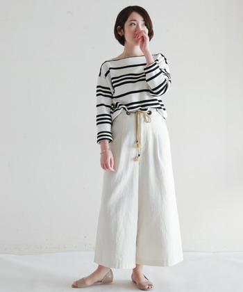 大人っぽい雰囲気のボートネックと、ランダムなボーダーデザインが上品なボーダーTシャツ。リラックス感のあるゆったりとしたシルエットも今年らしい印象です。白を基調とした爽やかな配色も春らしくて素敵ですね。
