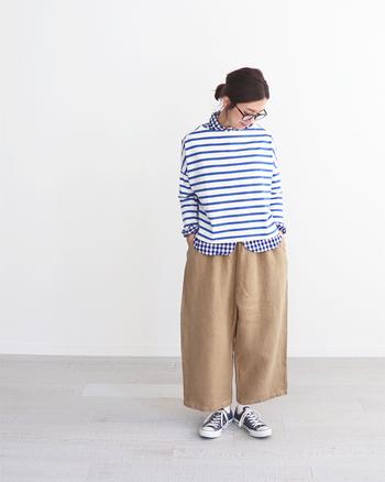 """ボーダーTシャツはシンプルに一枚で着るのも素敵ですが、「いつものスタイルに変化をつけたい」という方は、シャツとの""""重ね着""""を楽しんでみませんか?爽やかなギンガムチェックのシャツと組み合わせれば、従来のスタイルとは一味違う新鮮な印象に。柄×柄でも同じカラーで揃えると、すっきりとおしゃれに着こなせますよ◎。"""