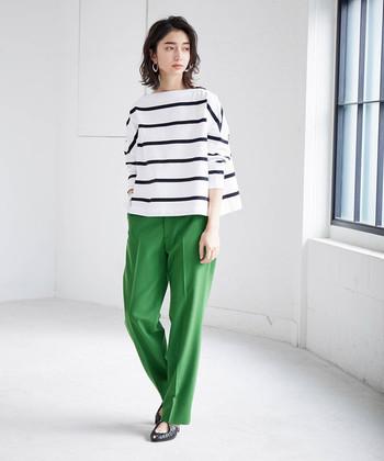 こちらはホワイトベースのボーダーTシャツと、グリーンのボトムスを合わせた爽やかな大人カジュアル。個性的な存在感を放つカラーボトムスは、シンプルな春夏コーデに季節感と華やかさをプラスしてくれます。