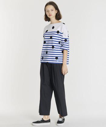こちらは大きめのドットを大胆にあしらった、個性的なデザインのボーダーTシャツ。コーディネートをおしゃれにブラッシュアップするモダンなボーダーTシャツは、シンプルな装いが多くなる春夏にぜひおすすめです。