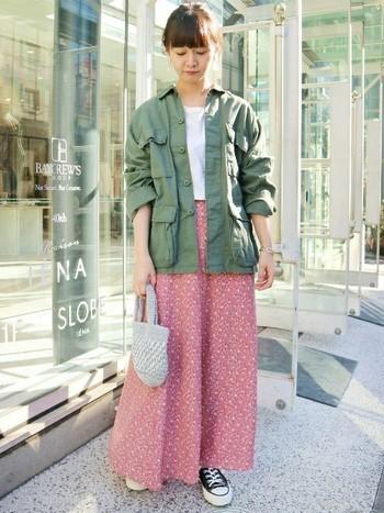とっても女性らしいピンクベースの小花柄のロングスカートには、あえてメンズライクなアーミージャケットをチョイス。一気に垢抜けて見えます。アーミーアイテムはレースのスカートなどとも相性が良いのでロングスカート好き女子にオススメのアイテムですよ。