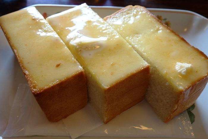 ベーカリーでは「金谷クロワッサン」や「日光あんぱん」など様々な種類のパンが販売されていますが、中でも代表的なパンが「ロイヤルブレッド」。2階の「カフェ・ラ・セゾン」では、このロイヤルブレッドに金谷ホテルマーガリンを塗ったトーストを頂くこともできます。