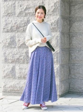涼しげなブルーの小花柄のロングスカートはシンプルにパーカーで決めましょう!足元にポイントになる赤いコンバースを合わせたのも◎!