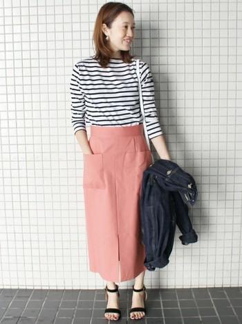 定番のボーダーTシャツも、春色ボトムスを合わせることで新鮮な印象に。上品なピンクのスカートが女性らしい雰囲気で素敵ですね。やわらかくて優し気な配色コーデは、春のお出かけにぜひおすすめです。