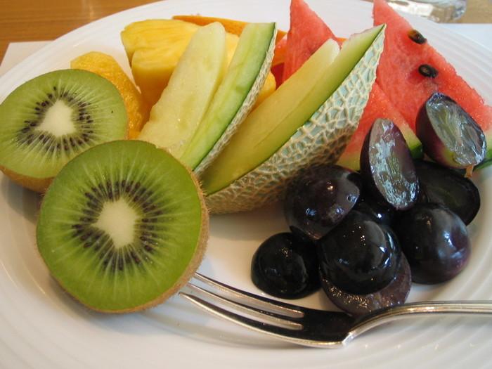 そんな<ポム・ダダン>のモーニングは、フレッシュで良質な野菜や果物も魅力♪ブッフェ台にもたくさんの野菜と果物が並んでいます。朝からたっぷり野菜や果物が摂れるのは嬉しいですね。ヘルシー志向の方にもおすすめです。