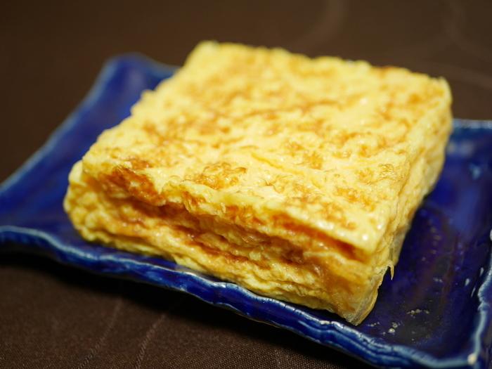 千葉県産の厳選した赤玉たまご「地養卵」を100%使用し、熟練の職人が毎朝1本ずつ丁寧に焼き上げているこだわりの卵焼きは程よい甘さと上品で深みのある味わい。