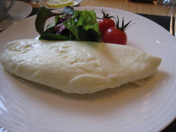 かるめらでは、卵料理はオーダー制。誰でも出来立てをいただけます。具材や焼き加減も自由にオーダーできますよ。中でも女性に人気なのが、卵白を使用したホワイトオムレツ!ふわふわ食感の優しい味わいです。