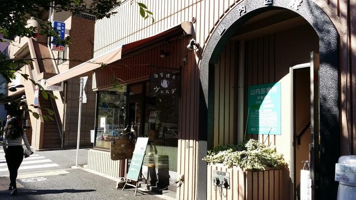 恵比寿駅から徒歩5分。味のある木製看板が目印の<ヴェルデ>は、自家焙煎のコーヒーショップです。レトロな印象の外観のイメージ通り、どこか懐かしく、趣のある喫茶店。常連さんも多いですが、初めての方でも安心して入れます。