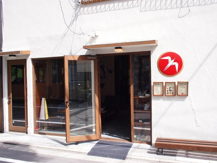 ノルウェーのコーヒーショップ Fuglenは、ニューヨークタイムズ紙で「飛行機に乗って試しに行く価値のある、世界最高のコーヒー」と紹介されたこともある有名なお店です。そんなお店の海外進出第1号店が、東京・代々木公園の近くにある<Fuglen Tokyo>。2007年度のバリスタチャンピオン、アイナル・クレッペ・ホルテ氏が共同経営しているカフェでもあります。
