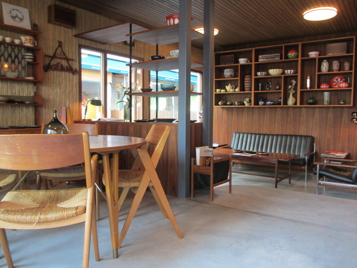 お店は一軒家を改装して作られており、店内は木を使ったアイテムが溢れています。北欧ノルウェーの雰囲気漂うおしゃれな空間ですね。外には開放的なテーブル席やベンチも用意されていて、<Fuglen Tokyo>のコーヒーを求め、多くの方が集まってきます。
