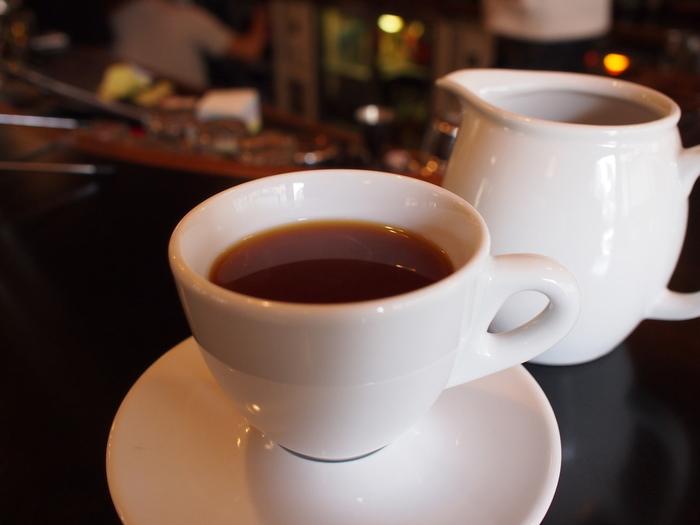 肝心のコーヒーは、日本よりもたくさんコーヒーを飲むノルウェー式に合わせ、浅煎りが主流。豆はノルウェーの本店と同じものを使用しており、季節に合わせ、そのとき一番美味しいコーヒーが用意されています。爽やかな酸味と果実のような豊かな風味が好きな方に、エアロプレスという方法で抽出されたエアロプレスコーヒーが人気です。