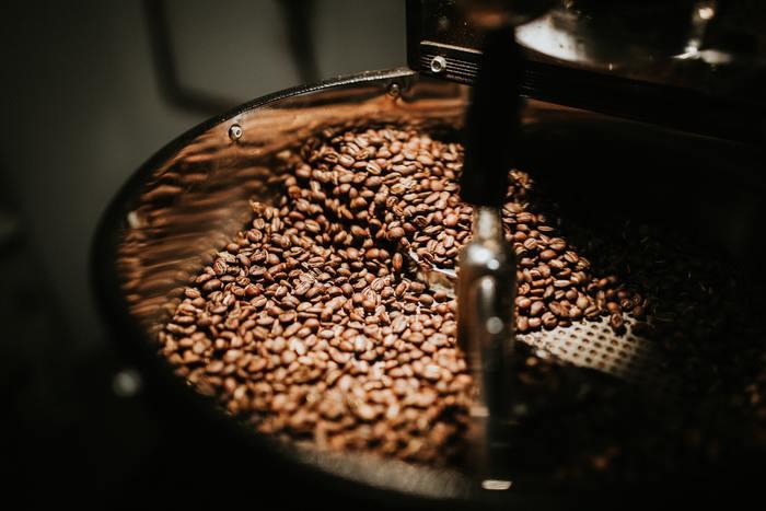 """「浅煎り」「中煎り」「深煎り」は、焙煎(ロースト)の度合いを表しています。一般的に深く煎れば煎るほど""""苦み""""が強くなり、浅く煎れば煎るほど""""酸味""""が際立つようになると言われています。アイスコーヒーやエスプレッソには深煎り、家庭用には中煎り、アメリカンコーヒーには浅煎りがよく使われています。"""