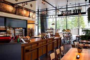 """豊洲キュービックガーデンの1階にある本格的な料理とワインを気軽に楽しめるイタリアンレストラン。""""REAL FOOD FACTRY""""と銘打ち、料理はもちろん、パンやケーキもすべて店内で作っているこだわりぶり。"""