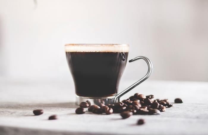 コーヒー豆は、生のままだと緑色をしています。それを焙煎(ロースト)することでコーヒーらしい色や香りが付き、お豆そのものの特徴が出るようになります。この焙煎の工程を自分たちで行っているお店や個人のことを「ロースター」と言います。