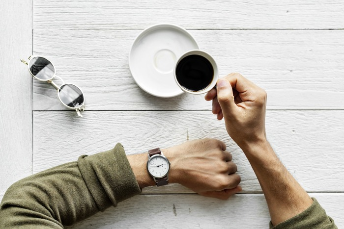 仕事や勉強など何かの作業中にひと一休みすることを意味します。例えば、数時間ずっと仕事をしていて、同僚に「休憩しよう」と声をかける時は「Let's take (have) a break.」と言います。