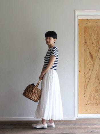 とても上質なコットンシルクオーガンジー素材のフレアスカートは太めのボーダーを合わせて大人マリンに着こなしたい。