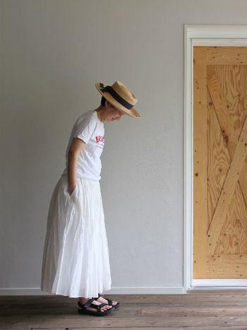 同じコットンシルクオーガンジーのスカートも、白いTシャツを合わせる時は足元も軽快にスポーティーなサンダルをチョイス。柔らかいハットも効果的です。