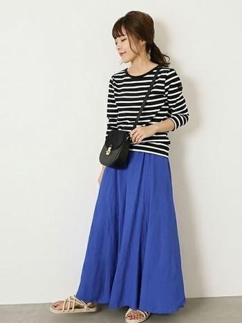 コーディネートに季節感をプラスしたい時には、カラーボトムスを取り入れるのもおすすめですよ◎。爽やかなブルーのスカート×シックなボーダーTシャツの組合せがおしゃれな雰囲気ですね。
