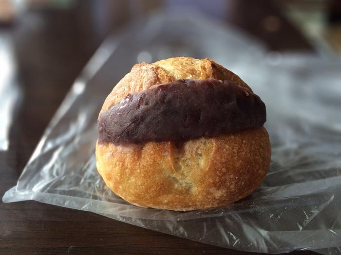 「あんバターフランス」は、ザクザクした外側とふんわりしたフランスパンに、あふれるくらいたっぷりのあんことバターがサンドされています。パンの塩気と甘さ控えめなあんこの組み合わせは、やみつきになるおいしさです。