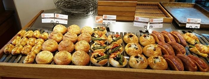 パンのいい香りが広がる店内には、天然酵母やお塩、お水などにこだわり、厳選した材料で作られるパンの数々。たとえばあんパンだけでも何種類もあり、選ぶのが楽しくなります。