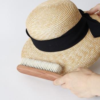 ペーパーや麦わら、ラフィア、パナマなどの天然素材の帽子は洗えないものがほとんどです。編み目にゴミやホコリが入りこんでいることがあるので、まずは柔らかい洋服ブラシで優しくホコリを取り除いてください。ブラッシングは、帽子のクラウン(頭が入る部分)の上から下に。次にブリムを、外に向かってスナップをきかせるようにブラッシングします。