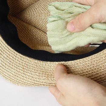 内部に付いているテープは、けっこう汗を吸収しているもの。 水で濡らして固く絞った布で、シミ抜きの容量でトントンと汗を叩き出すようにすると、汗ジミや臭い対策になります。