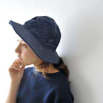 綿や麻、ポリエステルなどの帽子は自宅で洗えるものがあります。まずは洗濯表示をチェックしてみましょう。直接肌に触れる部分の汗や皮脂の汚れが気になるときは、先に固形石鹸と40度程度のお湯で部分洗いをしておきます。