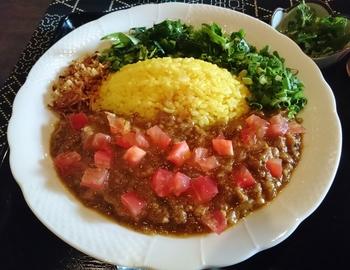 彩りが美しい「ベジタブルドライカレー」は、ベジタリアンやヴィーガンの方にも安心して食べてもらえるようにと考案されたカレーです。サイコロ状にカットされた野菜とソイミートをオリジナルのスパイスで煮込み、さっぱりと仕上げています。添加物は一切使わず、野菜は無農薬のものを取り寄せるなど食材にもこだわっているんですよ。