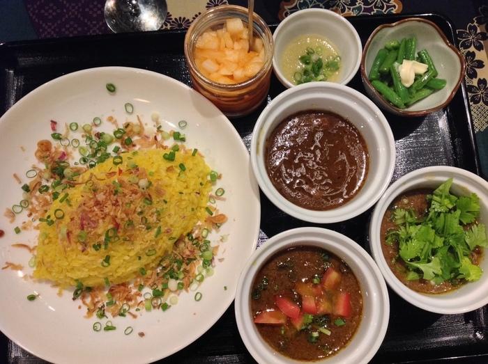 """""""心身ともに健康になれる料理を提供したい""""という想いで作るカレーは、ヘルシー志向の女性を中心に評判です。こちらは、チキンカレー・ラムカレー・ビーフカレーの3種盛り。下町・浅草でオーガニックなカレーを食べたい日におすすめのお店です。"""