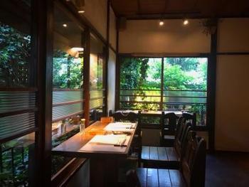 木の温もりや珪藻土の壁が味わい深い店内。窓からは気持ちいい木漏れ日が差し込みます。